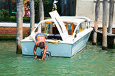 Repairing of boat in summer day in Venice, Italy — Stock Photo