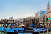 Góndolas cerca san piazza marco en venecia — Foto de Stock