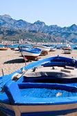 Barcos na praia em dia de verão, sicília — Foto Stock