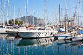 Jachten en boten in de oude haven in palermo — Stockfoto