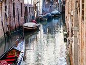 Kanaal, gondel, boten in venetië, italië — Stockfoto