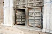 Alte türen der mittelalterlichen kathedrale — Stockfoto