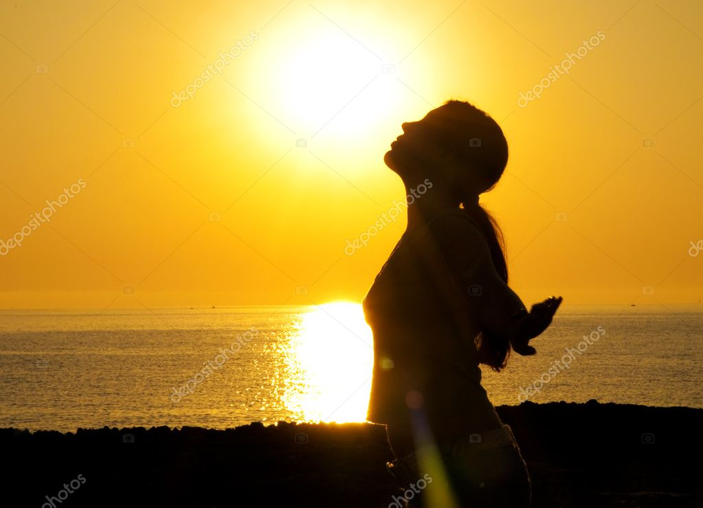 A beautiful girl silhouette free in the sun — Stock Photo #6208838