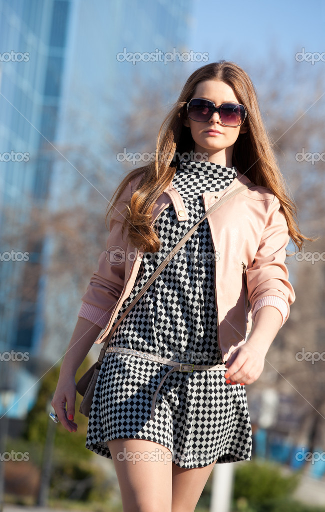 Pretty girl in sunglasses walks — Stock Photo #5712563