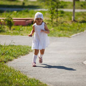 Little girl runs — Stock Photo