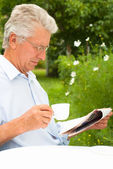 Bir gazete okuyan adam — Stok fotoğraf