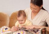 Mamma felice con il suo bambino — Foto Stock