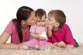 Moeder en haar kinderen — Stockfoto