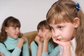Menina com os primos — Foto Stock