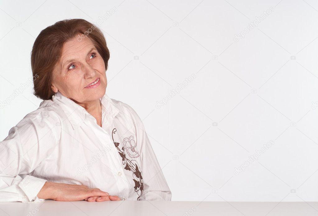 亮的老年女人和购物袋