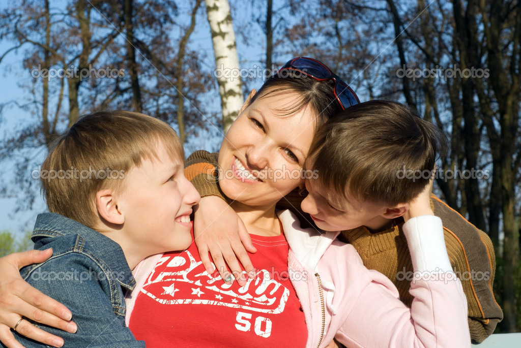Sons with their mom at the nature — Stock Photo #5768500