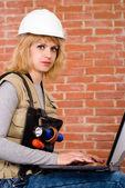 Travailleur gentil avec ordinateur portable — Photo