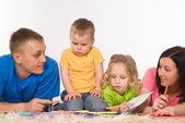 在地毯上的家庭 — 图库照片