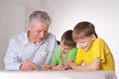 El abuelo y nietos — Foto de Stock