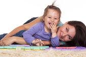 Maminka a dcera ležící — Stock fotografie