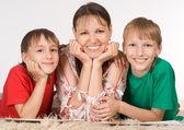 Mama z synami — Zdjęcie stockowe