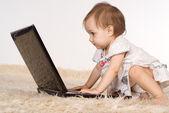 Baby och laptop — Stockfoto