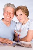 老年的夫妇与玻璃 — 图库照片