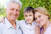 Sonson med morföräldrar — Stockfoto