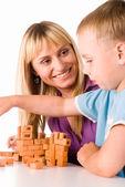 Mamma och son spelar — Stockfoto