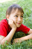 Garçon sur herbe — Photo