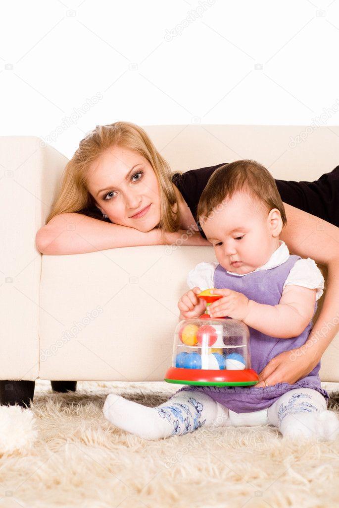 一个可爱的妈妈与她的小女儿的肖像