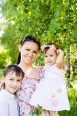 Madre e hijos en la naturaleza — Foto de Stock