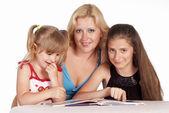 Tři dívky čtení — Stock fotografie
