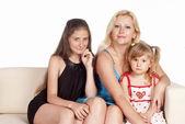 Famiglia sul divano — Foto Stock