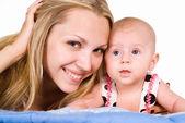 Mama i dziecko leżące — Zdjęcie stockowe
