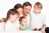Roztomilý rodinné čtení — Stock fotografie
