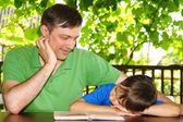 Papa avec fils de lecture — Photo