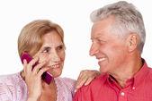 Telefon ile yaşlı çift — Stok fotoğraf