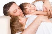 Güzel aile uyumayı — Stok fotoğraf