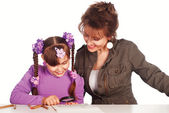 Mom draws with daughter — Stock Photo