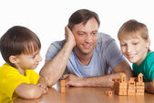 Dad plays with sons — Stockfoto