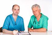 Dwóch lekarzy w tabeli — Zdjęcie stockowe