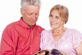 Old couple reading — Stock Photo