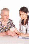 Verpleegster met leeftijd patiënt — Stockfoto