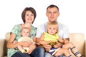 Familie am sofa — Stockfoto