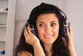 Flicka med hörlurar — Stockfoto