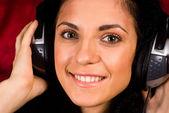 Linda garota com fones de ouvido — Foto Stock