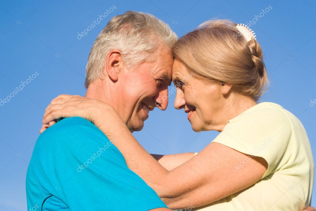 Portrait of a cute old couple at nature — Stock Photo #6682548