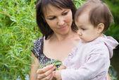 Madre y su hija en la naturaleza — Foto de Stock