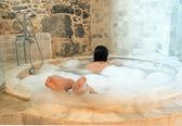 Entspannte frau in eine runde badewanne — Stockfoto