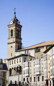 Cuesta e Iglesia de San Vicente en Vitoria-Gasteiz — Stock Photo