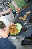 カップル barbecueing — ストック写真