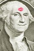 Lippenstift-kuss auf einem dollarschein — Stockfoto