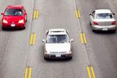 Carros em alta velocidade ao longo da estrada — Foto Stock