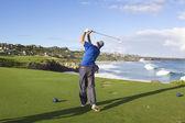 Golfer Teeing Off on Maui — Stock Photo